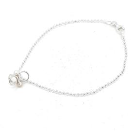 Zilveren ballen armband met parels.