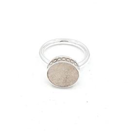 Zilveren ring met kwarts.