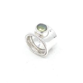 Zilveren ring met groene parel.