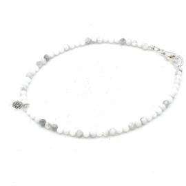 Zilveren geregen armband met witte turkoois.