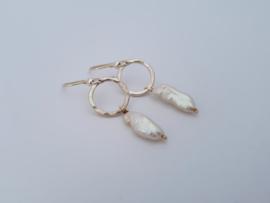 Zilveren oorhangers met grillige witte parel.