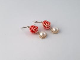 Zilveren oorhangers met bloem koraal en witte parel.