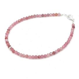 Zilveren geregen armband met roze tourmalijn.