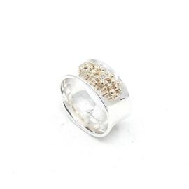 Zilveren ring met geelgouden ballen en diamant.