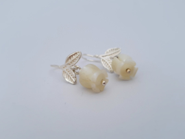Zilveren oorhangers met wit parelmoer.