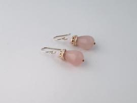 Zilveren oorhangers met rozenkwarts.
