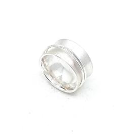 Zilveren ring met losse draad wikkel.