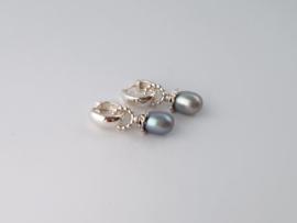 Zilveren creolen met grijze parel.