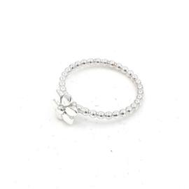 Zilveren ring met bloem.