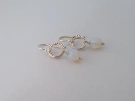 Zilveren oorhangers met opaal.