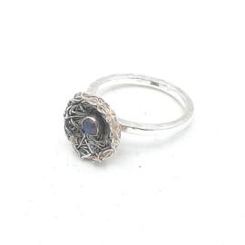 Zilveren ring met regenboogmaansteen.
