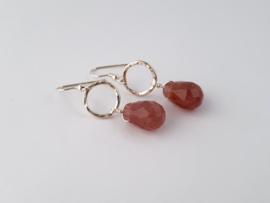 Zilveren oorhangers met aardbeienkwarts.