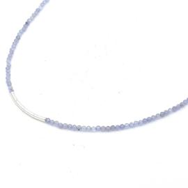 Zilveren geregen collier met ioliet.