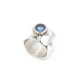 Zilveren ring met blauw topaas.