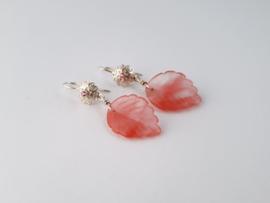 Zilveren oorhangers met cherry kwarts.