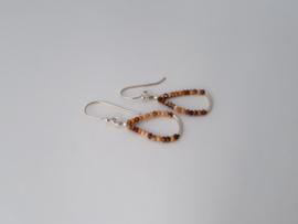 Zilveren oorhangers met bruine opaal.