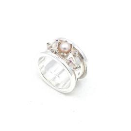 Zilveren ring met roze parel.