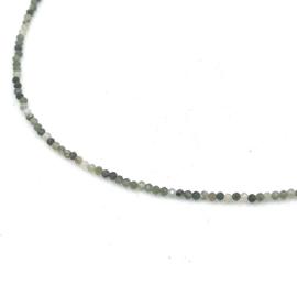 Zilveren geregen collier met groene agaat.