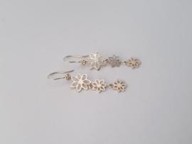 Zilveren oorhangers bloemen.