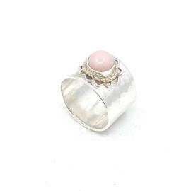 Zilveren ring met roze opaal.