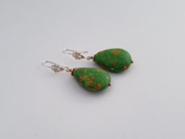 Zilveren oorhangers met groene turkoois.