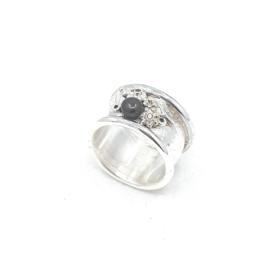 Zilveren ring met zwarte parel.