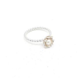 Zilveren ring met witte parel.