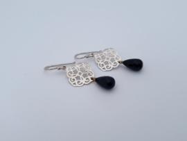 Zilveren oorhangers met onyx.