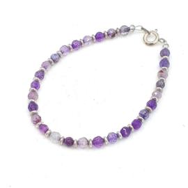 Zilveren geregen armband met paarse agaat.