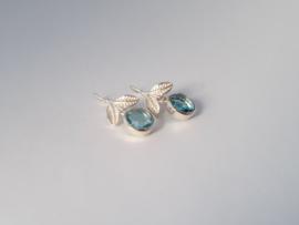 Zilveren oorhangers met blauw topaas.
