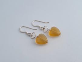 Zilveren oorhangers met citrien hart.