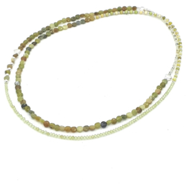 Zilveren geregen collier met jade en peridot.