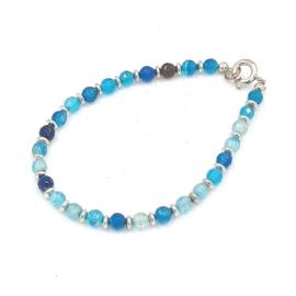 Zilveren geregen armband met blauwe agaat.
