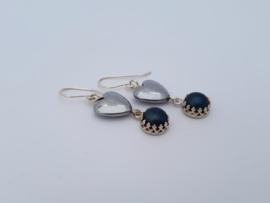 Zilveren oorhangers met hematiet en parel.