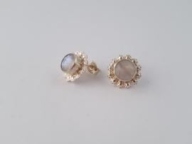 Zilveren oorstekers met regenboog maansteen.