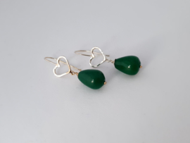 Zilveren oorhangers met jade.