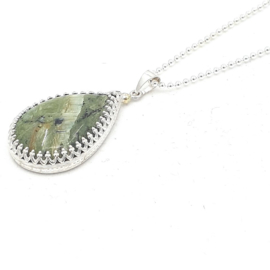 Zilveren collier met swiss opaal.