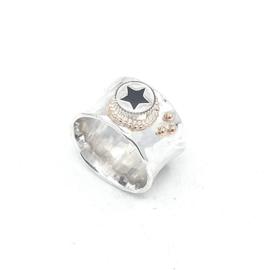 Zilveren ring met zwarte ster.