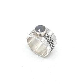 Zilveren ring met labradoriet.