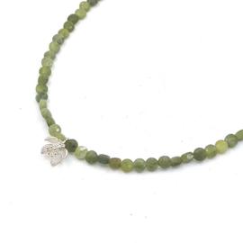 Zilveren geregen collier met jade.