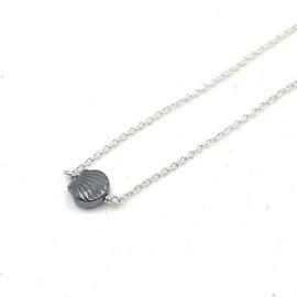 Zilveren collier met hematiet schelp.