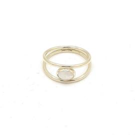 Geelgouden ring met regenboogmaansteen.