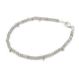 Zilveren geregen armband met labradoriet.
