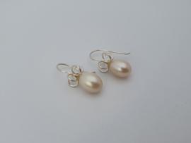 Zilveren oorhangers met witte parel.