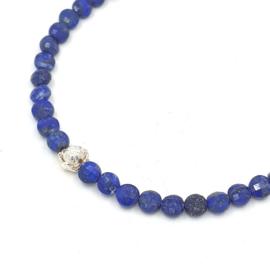 Zilveren geregen collier met lapis lazuli.
