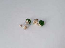 Zilveren oorstekers met onion jade.