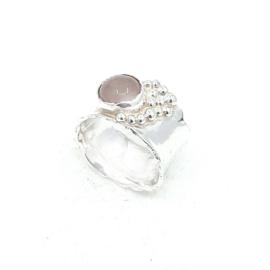 Zilveren ring met rozenkwarts.