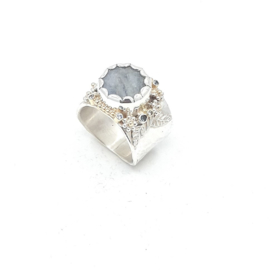 Zilveren bloemring met beryl.