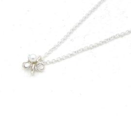 Zilveren collier met bloem en witte parel.