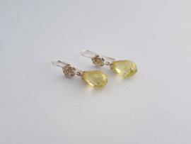 Zilveren oorhangers met gele zirconia.